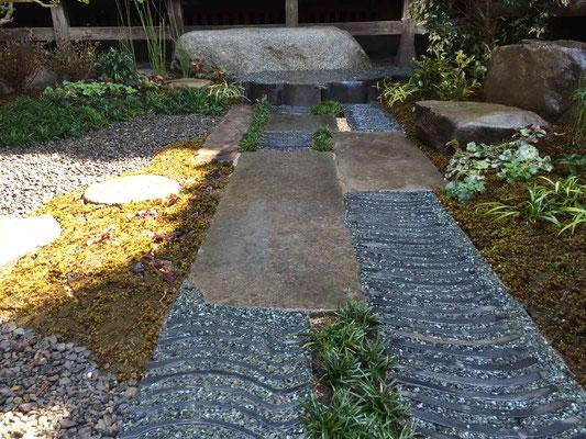 自然石と瓦の延段 瓦のつなぎに大磯砂利の洗い出し