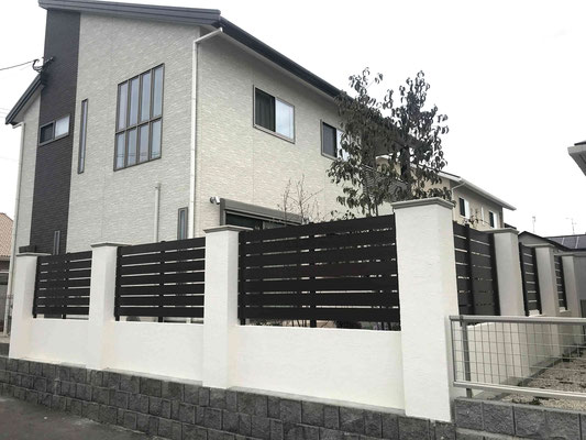 台風被害にあった木調樹脂フェンスを柱と塗り壁で重厚に