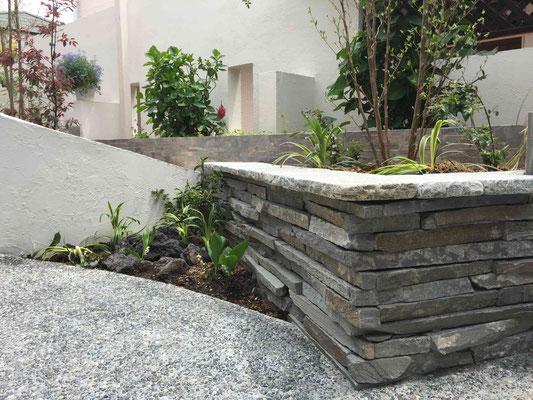 自然石の小端積の花壇