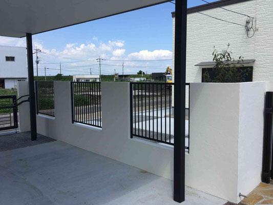 白の塗り壁塀と鋳物フェンスでクローズに