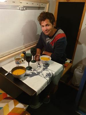 Gemütliches Abendessen mit Kürbissuppe