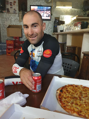 eine wohlverdiente Pizza mit Valentin nach dem Erreichen des ersten Check-Points nach 340km
