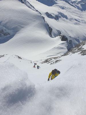 Zwei Bergführer mit je einem Gast folgten unserer Spur