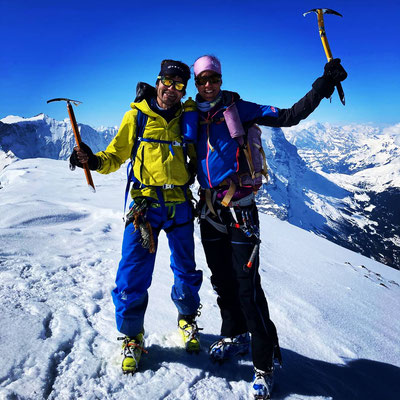 Glücklich und zufrieden auf dem Gipfel