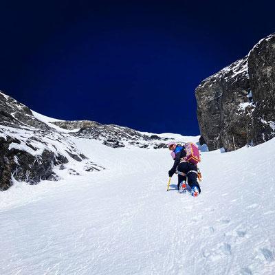 Spurarbeit ab dem Skidepot bis zum Gipfel