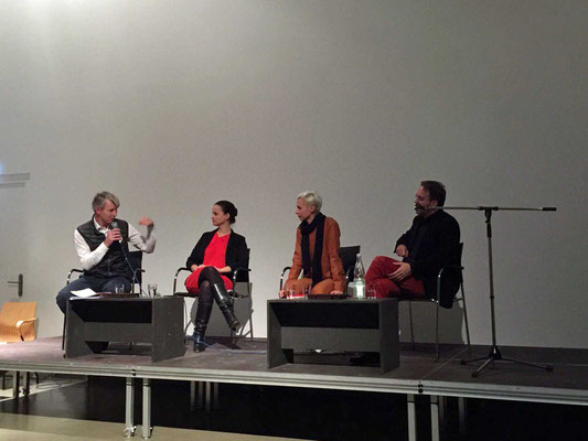 Das Podium diskutiert über aktuelle Herausforderungen und Probleme im Kunsthandel.