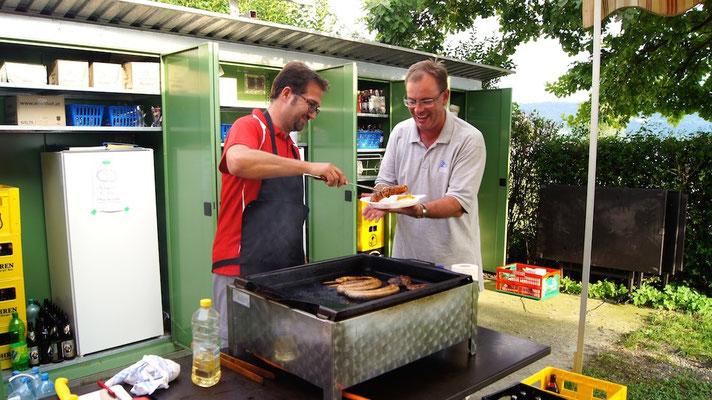 Peter und Andreas - Der Grillmeister beim Essenfassen !