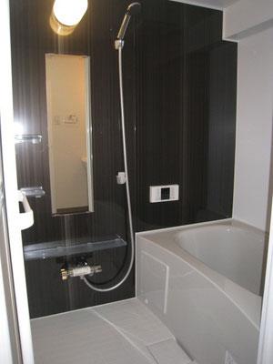黒と白でシックにキメる:浴室のリフォーム事例