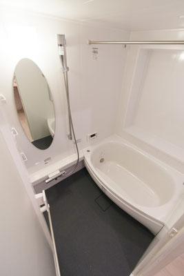 楕円形の浴槽と鏡:浴室のリフォーム事例