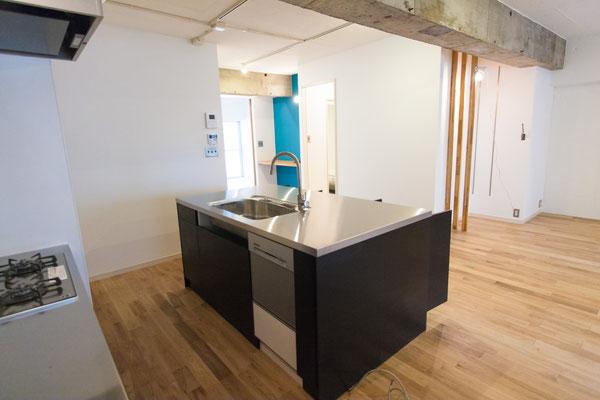 開放的な広い空間に対面キッチンを:キッチンのリフォーム事例