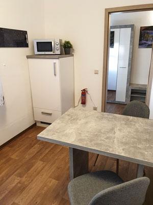 Kühlschrank und Esstisch