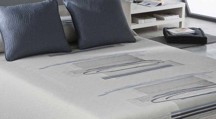 Colcha Pique Reversible Modelo Ados (Disponible en (Azul, Fucsia y Gris) Medidas y precios disponibles para camas de: 135cm (89€) 150cm (93€) 180cm (99€)