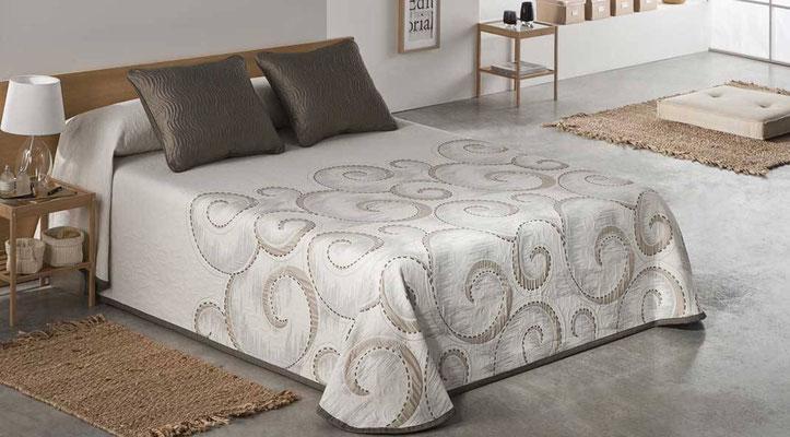 Colcha Pique Reversible Modelo Atica (Disponible en (Beig, Azul y Fucsia) Medidas y precios disponibles para camas de: 90cm (95€) 105cm (96€) 135cm (97€) 150cm (98€) 180cm (99€)