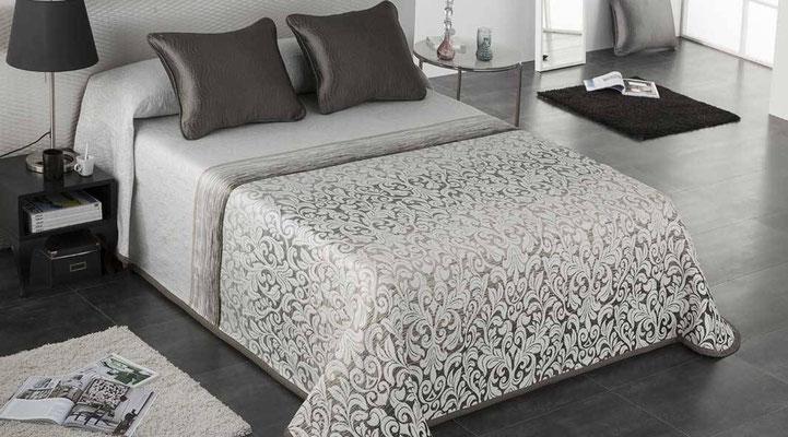 Colcha Pique Modelo Opera (Disponible en (Beig, Azul y Fucsia) Medidas y precios disponibles para camas de: 90cm (95€) 105cm (96€) 135cm (97€) 150cm (98€) 180cm (99€)