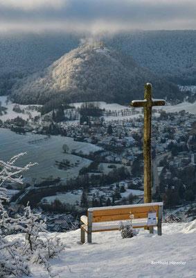 Dezember 2020, Blick von der Nordalb auf Bad Ditzenbach mit der Hiltenburg