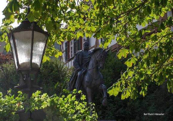 Das Reiterbild vor Kaiser Wilhelm steht nahe der Stadtkirche in Geislingen