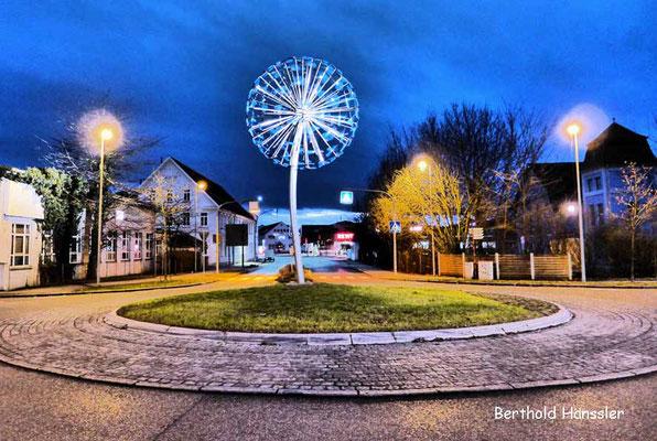 Kreisel Pusteblume am Ortseingang von Ebersbach