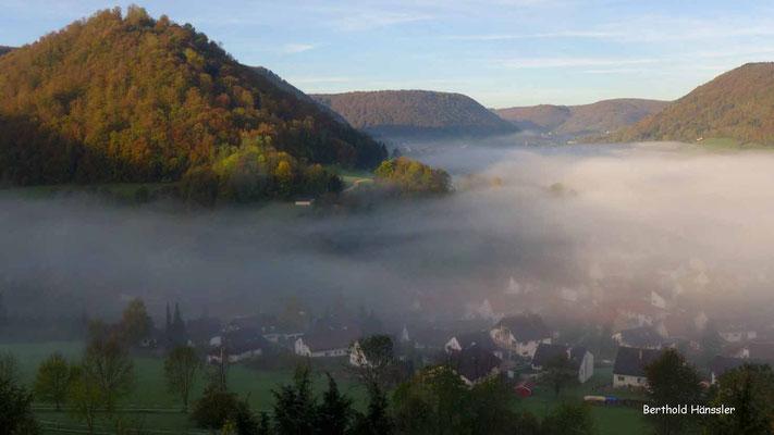 Morgentlicher Nebel liegt über Bad Ditzenbach