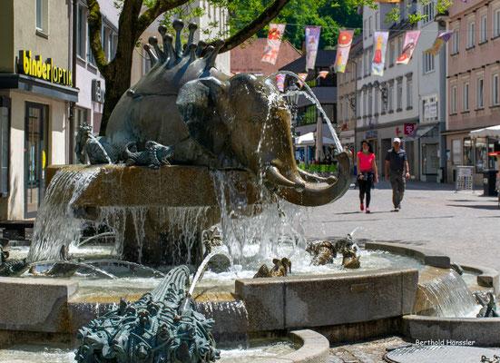 Juni 2021, Forellenbrunnen in der Geislinger Fußgängerzone