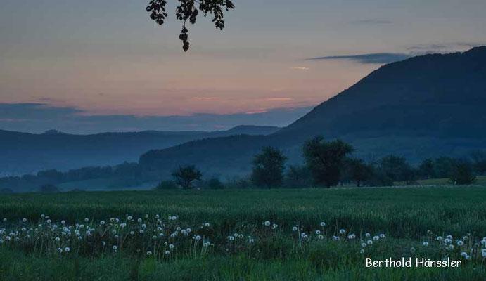 Kurz vor Sonnenaufgang oberhalb von Metzingen mit Blick Richtung Uracher Alb