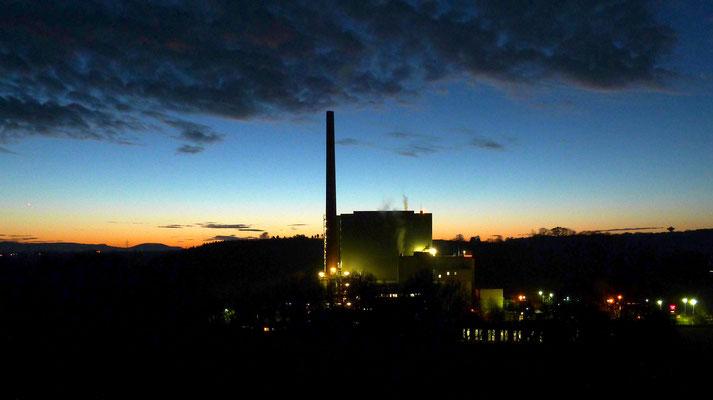 Müllheizkraftwerk kurz nach Sonnenuntergang