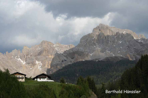 Dolomiten - Blick auf Obereggen mit dem Latemar-Massiv