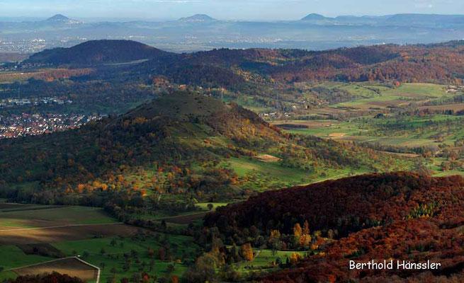 Blick vom Breitenstein über die Limburg bis zu den drei Kaiserbergen