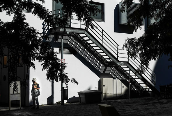 Warten unter der Treppe - beim DM