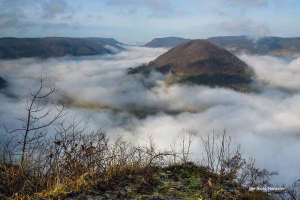 Nebelmeer im Oberen Filstal - nur der Weigoldsberg ist noch zu sehen.