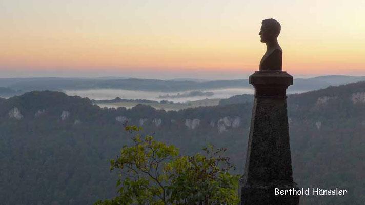 Morgenstimmung beim Hauff-Denkmal in der Nähe von Schloss Lichtenstein