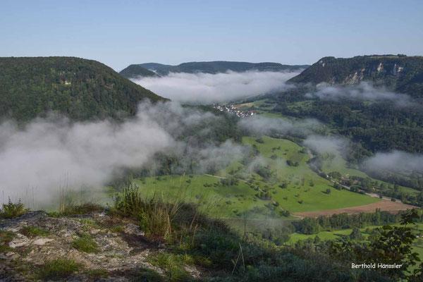Der Nebel lichtet sich und gibt den Blick frei auf Hausen und die Hausener Felsenwand