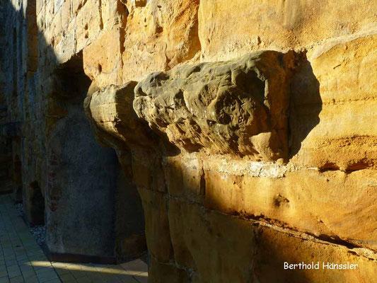 Rundturm der Bur Staufeneck (Detail der dicken Mauer)