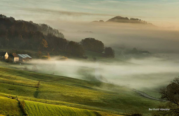 November 2020, Morgenstimmung bei Ottenbach - Nebel umhüllt den Kaiserberg Hohenrechberg