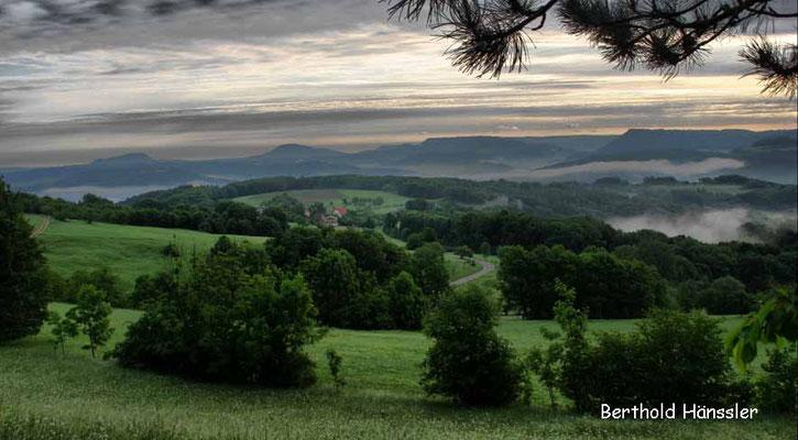 Blick über den Weiler Grünenberg bis zum Rechberg und Stuifen