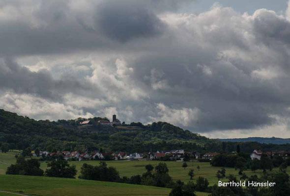 Blick auf die Bergkuppe mit Burg Staufeneck