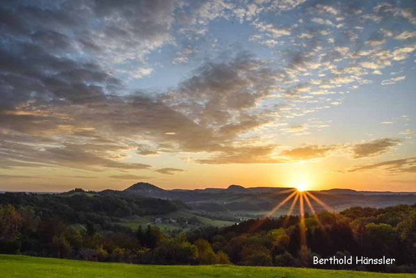 Sonnenaufgang im Rehgebirge - Blick von Hohenstaufen auf die beiden anderen Kaiserberge Rechberg und Stuifen