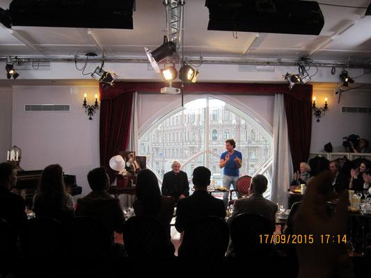Оператор Анатолий Ларионов проводит мастер-класс перед началом съемок