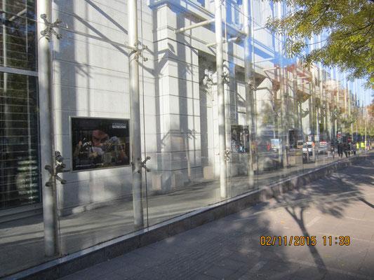 Фасад театра закрыт стеклом. После пожара решено было сокранить фасад, как напоминание, каким был театр.
