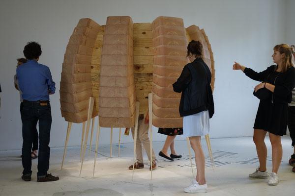 Inside Outside, 2016, Douglasie gesägt und geschichtet (Nieschen), Beine spitz gehobelt, 2 x 2,50 x 2,50m