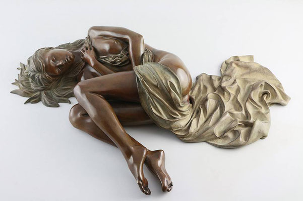 Lizzie drapée - Bronze  H 12 X 50 X 22 cm