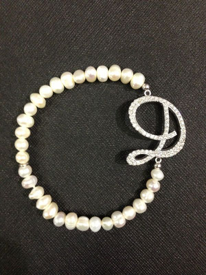 Bracciale elastico con perle naturali ed iniziale argento zirconata