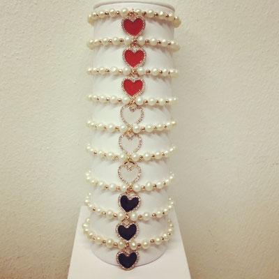 Bracciali con perle elastici e cuori smaltati e zirconi