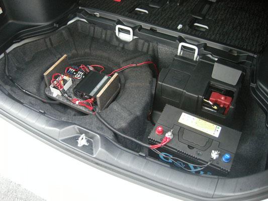スペアタイヤ付車はタイヤ中央の凹にユニットが収まります(500Wまで)