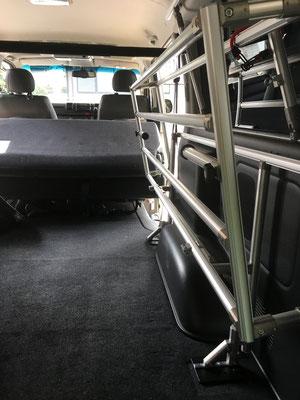 ハイエースのビジネスラックは車中泊にも大活躍です。