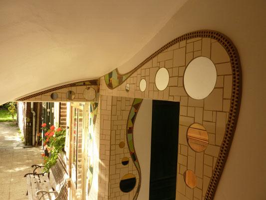 Contour de porte en mosaïque - décor naturel pour introduire le jardin