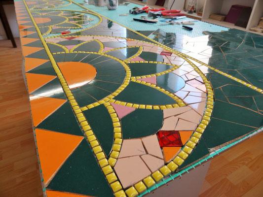 Travail en cours à l'atelier - Découpe manuelle du carrelage pour créer le rendu final en mosaïque