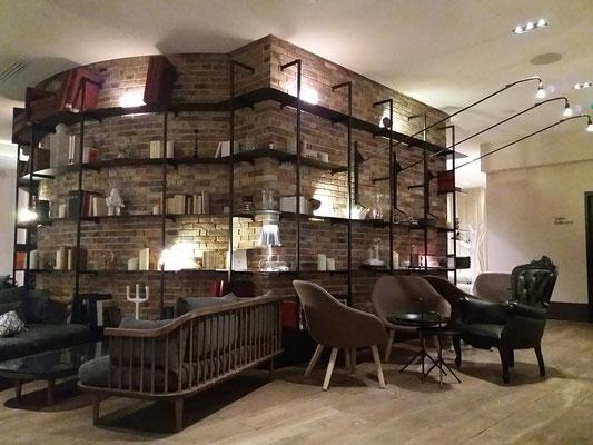 Lieu de convivialité, la bibliothèque en métal qui épouse les briques donne un look industriel à cet espace