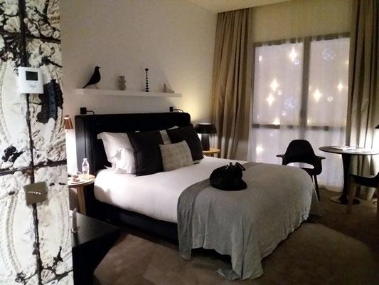 Vue d'une chambre où l'on aperçoit un fauteuil Organic Chair, édité par Vitra