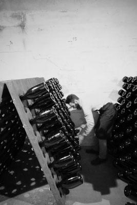 Julien Launois : remuage des bouteilles de champagne format Magnum | Champagne Launois Paul @ Le-Mesnil-sur-Oger - Côte des Blancs (proche Épernay)