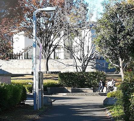 自転車・歩行者専用道のポケットパーク石造りのベンチ